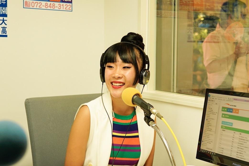 ラジオで話をする女性の写真2