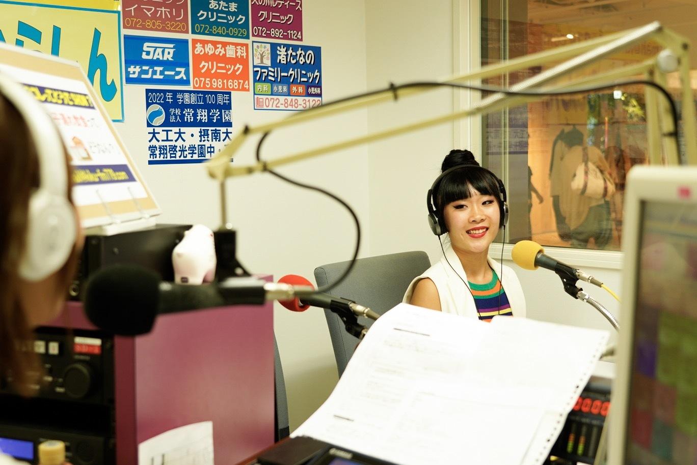 ラジオで話をする女性の写真1