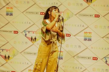 歌っている女性3